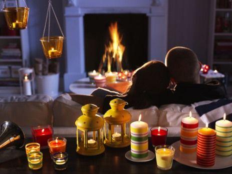 Celebra el día de San Valentin con un plan diferente, unos cuantos cojines, chimenea y velas para ambientar este momento.