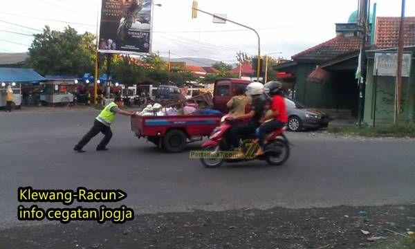 Pertamax7.Com –Oknum Polisi Ini Baik Hati, mau Dorong Mobil Mogok ...