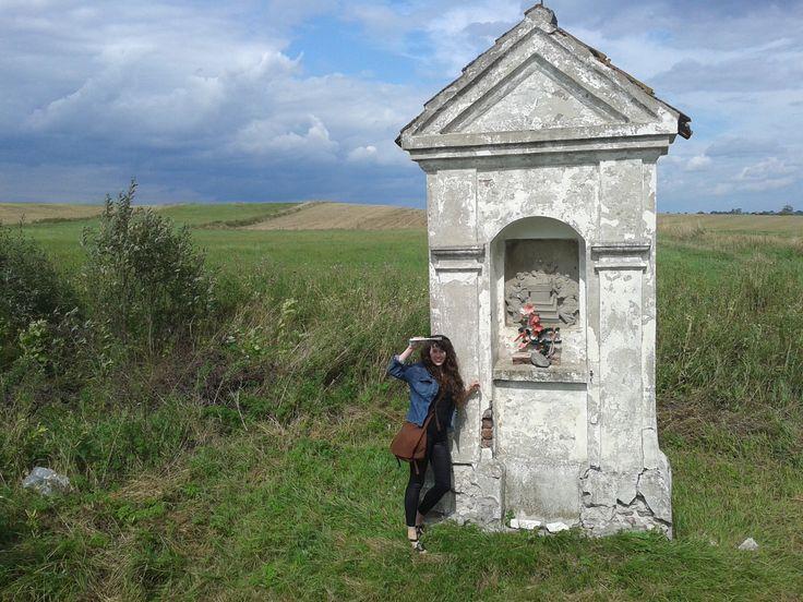 Stacja Drogi Krzyżowej z Reszla do Świętej Lipki; W latach 1733-1734 przy 6-kilometrowej drodze z Reszla do św. Lipki postawiono 15 kapliczek drogi różańcowej. Wszystkie zachowały się w dobrym stanie aż do naszych czasów.