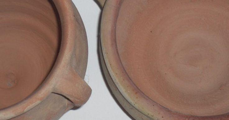 Cocinar en ollas de barro es una manera refrescante y original para preparar la comida y relativamente simple. Los cocineros han utilizado ollas de barro durante siglos en una ...