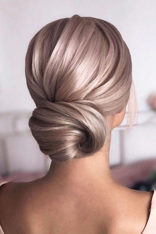Sleek Low Bun #weddingupdo #weddinghair #hairstyles #updohairstyles ? Whether you prefer loose or vintage hairstyles find the elegant wedding updos fo...