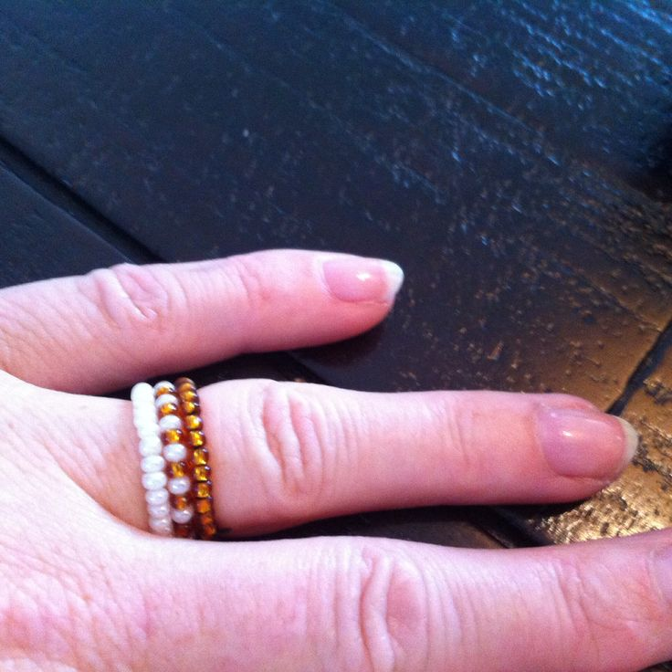 Ringen: wit, wit/goudkleurig en goudkleurig kraaltjes met elastisch draad