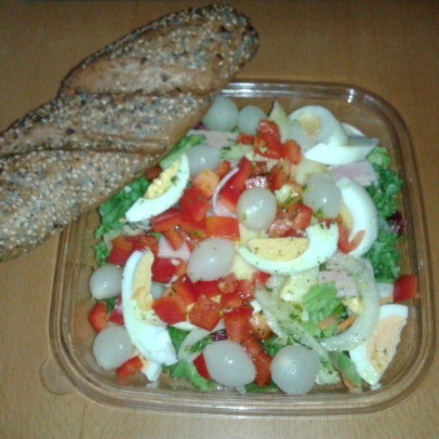 Salat mit Weckerl.  #lowcarb #healthy #healthyfood #Abendessen #dinner #lowcarbfood #diät #diet #abnehmen #Abnehmtagebuch #weightlossjourney #weightlossfood #fooddiary #eatclean #lowsugar #wenigZucker #gesund #Mittagessen #Salat #Weckerl by cathy_eats_healthy