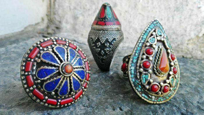 Catawiki, pagina di aste on line  Lotto 3 Anelli del Nepal - inserti di Lapislazzuli - Corallo e Turchese Trattati