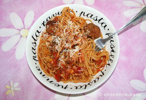 's Middags had ik geluched in een Italiaans restaurant, en het leek me lekker om die Italiaanse sfeer 's avonds voort te zetten. Het werd spaghetti met rode saus en heerlijke gehaktballetjes! Een l...