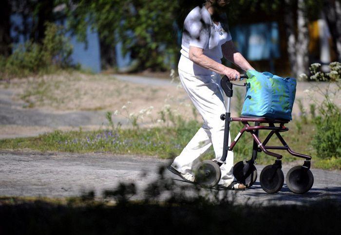Eläkeläinen Helsingin Pihlajasaaressa kesäkuussa 2011.