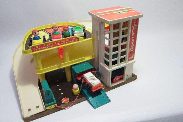 El estacionamiento, rampa, estación de servicio y garaje de Fisher-Price   32 juguetes esenciales que todo niño preescolar de los ochentas tuvo