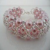 Bracciale interamente lavorato a mano formato da perle di swarovski rosa