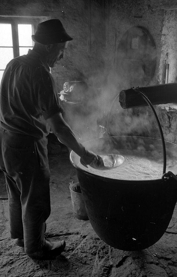 Ed ora l'artigiano ...è grazie sue mani esperte e pazienti che il formaggio di malga arriva sulle nostre tavole:-)