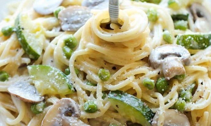 Krémové špagety s cuketou a žampiony z jednoho hrnce