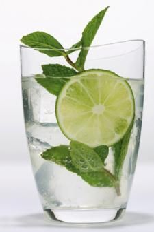 2 Liter Wasser frischen Ingwer reiben (2-3 Zentimeter) & dazu eine Gurke in Scheiben geschnitten 1 Zitrone in Scheiben  12 Minzeblätter über Nacht in den Kühlschrank