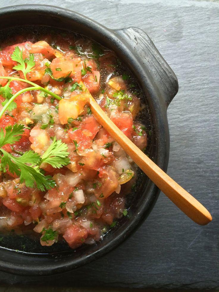 El pebre (salsa chilena) infaltable en una mesa de comida típica se prepara con tomates maduros, cebolla perla, ajo, ají, cilantro, limón y aceite.