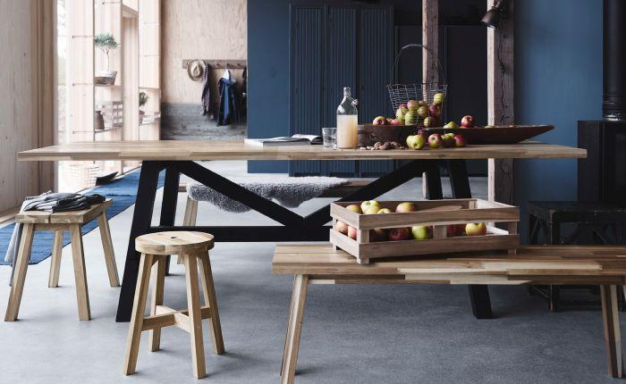 Ein Esstisch aus massiven Akazienholz (SKOGSTA??)