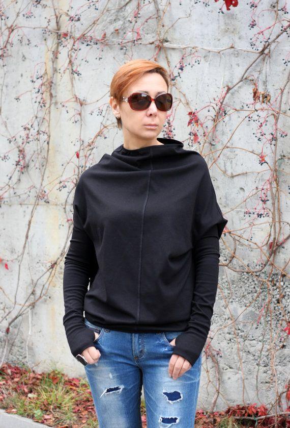 Extravagante zwarte blouse. Informele top. Sexy Top voor uw perfecte dag. Lange mouwen blouse blouse is zo eenvoudig en comfortabel om te dragen.  Met jeans, legging of een rok dragen. Dragen op elke gelegenheid.  Perfect cadeau-idee!  Alle kledingstukken zijn handgemaakt!   Geef uw telefoonnummer voor levering  NU ALLE BESTELLINGEN WORDEN VERZONDEN VIA TNT EXPRESS ***   Dit model draagt maat S  Maattabel (metingen van het lichaam niet van het kledingstuk)  XS (VS 2 UK 6) Buste van 84 cm…