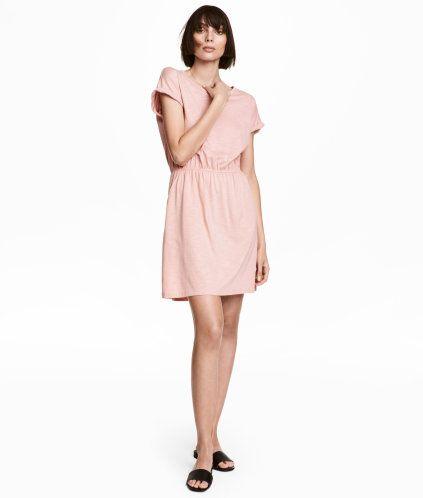 Puderrosamelerad. En kort klänning i slubtrikå av modal- och bomullsblandning. Klänningen har kort holkärm med fastsytt uppvik vid ärmslut. Avskuren i
