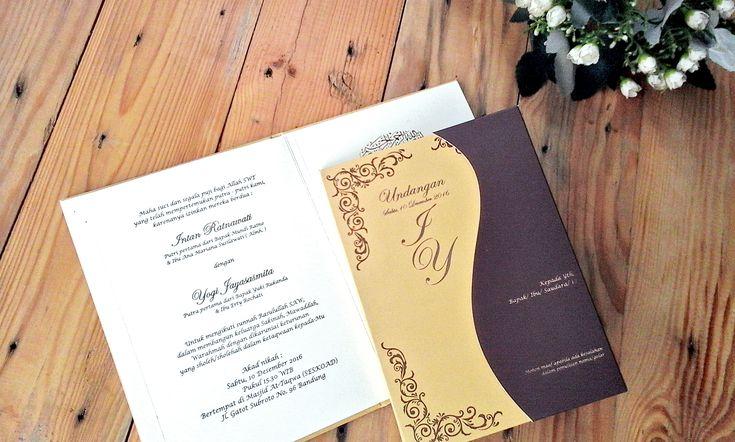 Looks simple is not crowded with motifs, plus the posts with gold ink adds to the beauty of this wedding invitation ❤🌹💍 . . . #wedding #invitation #card #samarista #bandung #simple #gold #indah #cantik #art #elegan #gold #indonesia #revalinastemat #best #quality #handmadefinishing #motif #rezarahardian #art #weddingplanner #weddingorganier #art #photographer