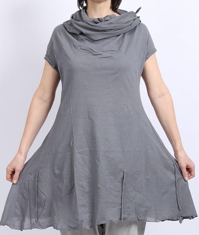 rundholz - Shirttunika mit großem Kragen smoked grey - Sommer 2016 - stilecht - mode für frauen mit format... Größe XL: Länge 91cm, Weite unter den Armen (hinten gemessen, vorne etwas mehr) 54cm, am Saum 108cm (einfach, also 108cm, 216cm rundum).