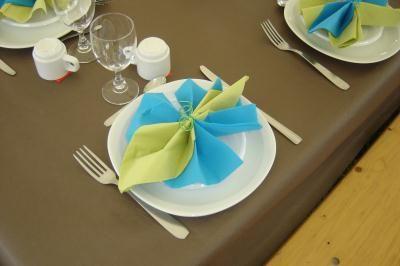 Pliage de serviette turquoise et anis