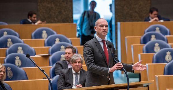Een meerderheid van de Tweede Kamer steunt de initiatiefwet van ChristenUnie, SP, PvdA. De wet regelt dat klanten, die een ernstig vermoeden hebben of zelfs weten dat ze gebruik maken van een slachtoffer van mensenhandel, aangepakt kunnen worden. Initiatiefnemer is Gert-Jan Segers, samen met collega's Volp (pvdA) en Kooiman (SP).