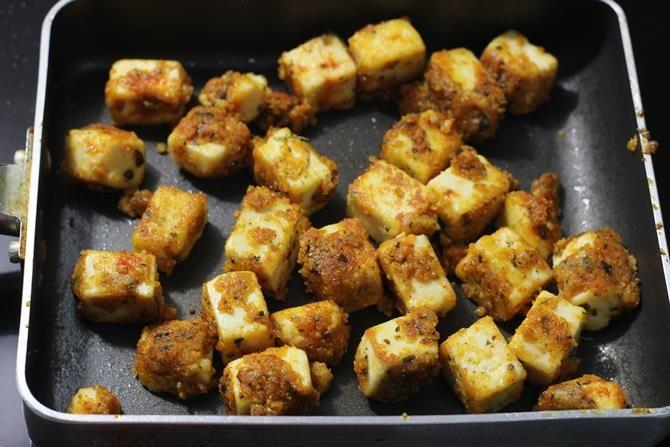 garnish tawa paneer tikka with onions and skew them