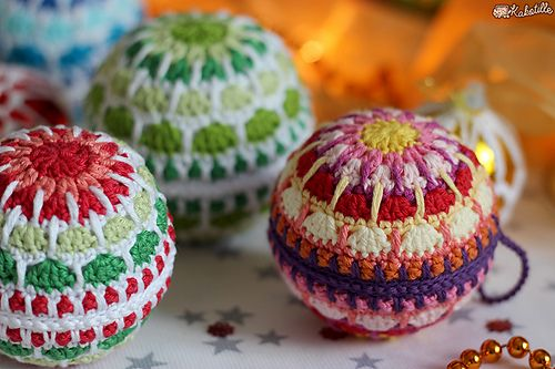 Boule de Noël mandala - free crochet bauble pattern in French with step by step photos at Maillalenvers