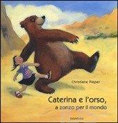 Caterina e l'orso si vedono per strada o meglio Caterina vede un baldo e fiero orso camminatore e lo segue con un gran sorriso. Così se ne vanno a sperimentare il mondo assieme, a testa alta, a testa bassa, cantando, ballonzolando, a quattro zampe, a tre…