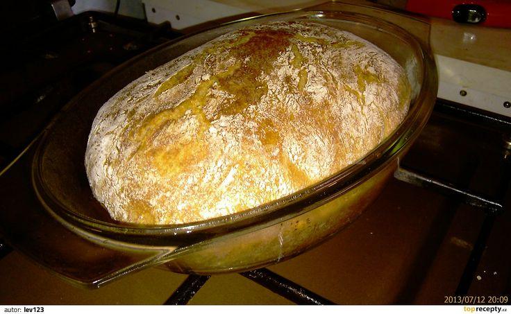 Navážené mouky dáme do velké mísy, přidáme cukr, sůl, ocet, kmín, vlažnou vodu a nakonec kvasnice. Všechno uhněteme vařečkou, pak dáme do mísy...