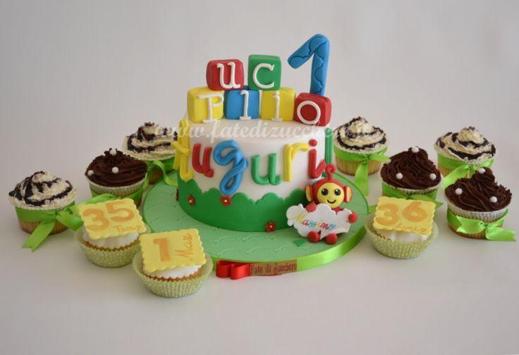 """Sweet Table Teletubbies: Torta e Cupcake per il primo Compleanno. Cubetti con soprannome personalizzato. Teletubbies """"Bo"""" con pergamena dipinta multicolore e cupcake decorati con frosting ai due cioccolati. Ogni elemento decorativo è realizzato esclusivamente a mano"""