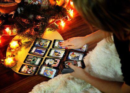 ??Рождественский Сочельник – это удивительная январская ночь, когда начинаются святки. Еще в давние времена незамужние девушки с нетерпением ожидали наступления православного праздника Рождества, чтобы узнать имя суженого с помощью гаданий. Святки длились, начиная с 6 января и до праздника Крещения включительно: