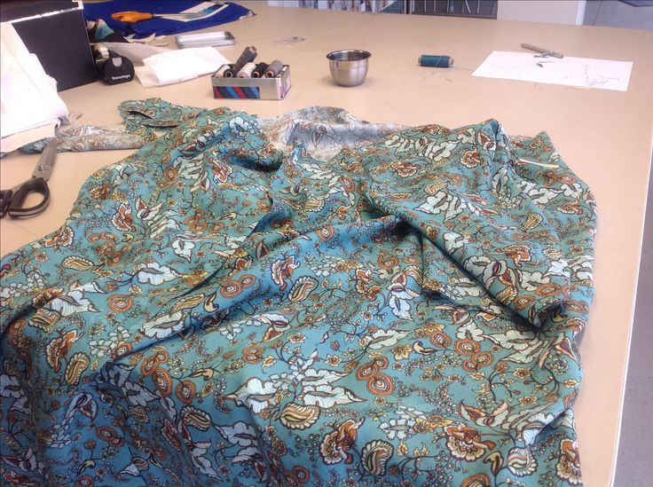 Making a silk tunic. Fabric from Joel and sons, London. reliefbyjunker.dk