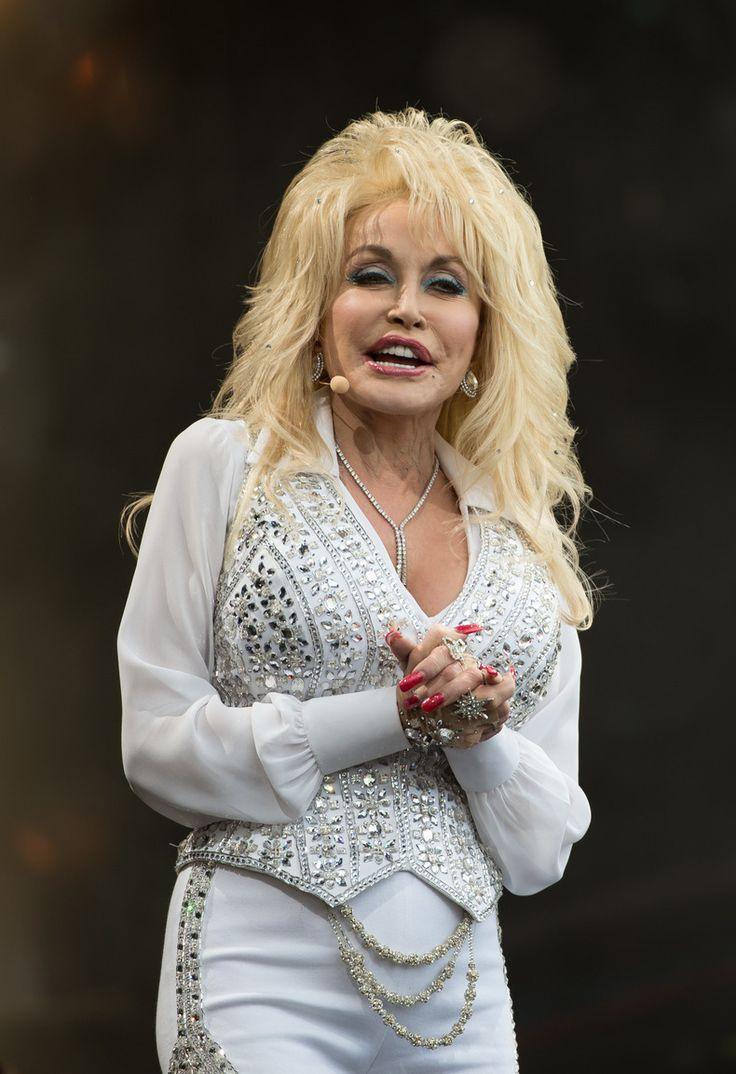ZIEKENHUIS ABONNEMENT Countryzangeres Dolly Parton is duidelijk iets te vaak langs het ziekenhuis gegaan, terwijl wij toch echt niets verkeerd zagen in hoe ze er vroeger uitzag.