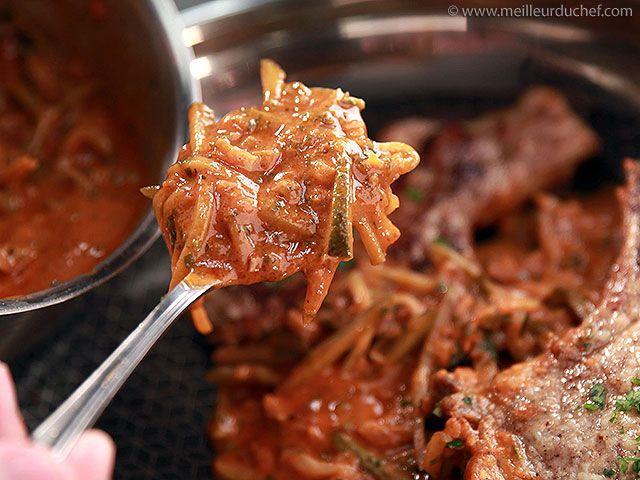 SAUCE CHARCUTIERE (échalotes, beurre, vin blanc, bouillon, concentré de tomates, cornichons, persil, moutarde, sel/poivre) - Avec côtes de porc, foie de lapin. Peut aussi accompagner un steak ou des pâtes.