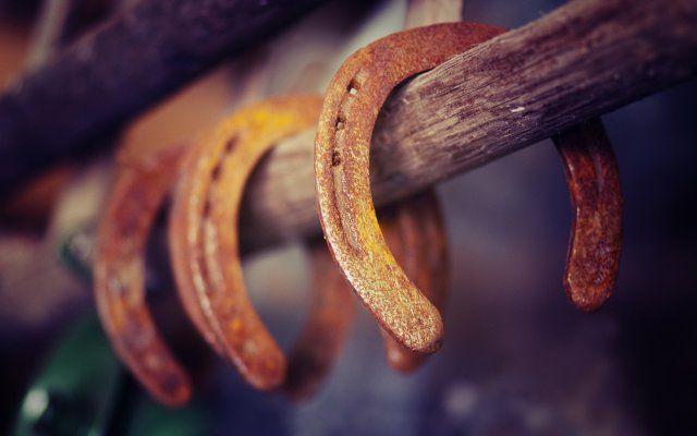 ПОДКОВА НА УДАЧУ. Существует такое достаточно известное поверье, что прибитая над дверью дома лошадиная подкова, в любом случае принесет удачу все тем, кто живет в нем. Эта интересная примета, о подкове на удачу, заро…