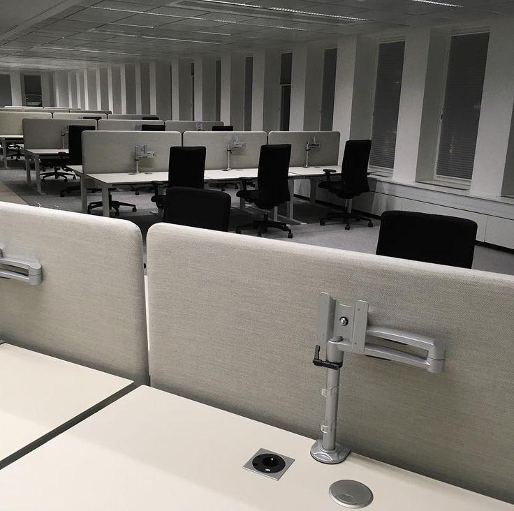 """""""Ro för ögat"""" m bordskärm i tyget Fiord. HBOs kontor Birger Jarlsgatan Sthlm. #danishform #dansk design #hojochsankbartskrivbord #coolaskrivbord #danskdesign #kontorsinredning #holmris"""