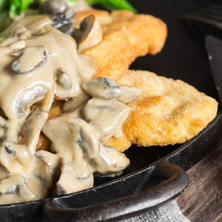 Pfifferlinge, Champignons und Zwiebeln vereinen sich zu einer cremigen Sauce, von der du für dein zartes Schnitzel nicht genug bekommen kannst.