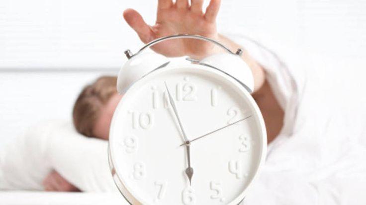 Diversos estudos indicam soluções para quem sempre quer (mas nunca pode) dormir mais cinco minutinhos
