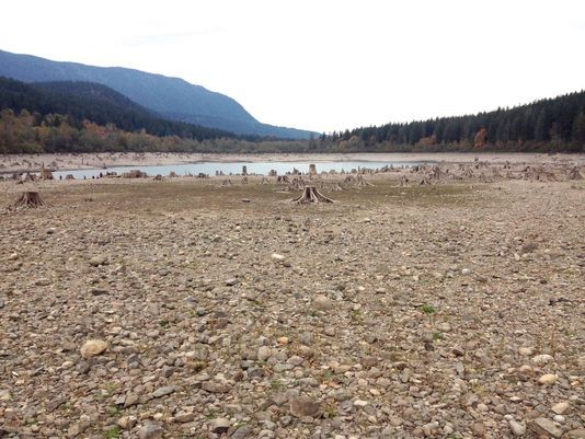 #CLIMATE #SWD #GREEN2STAY Rattlesnake Lake so low it looks like a puddle Susan Wyatt, KING 5 News 6:41 p.m. PDT October 17, 2015 635807143436983235-rattlesnake-lake1 (Photo: Karin Czulik) The level of Rattlesnake Lake, which is south of North Bend, continues to drop as the Northwest drought continues. A couple of weeks ago, people were out exploring the remains of the town of Moncton, where 100-200 people once lived.