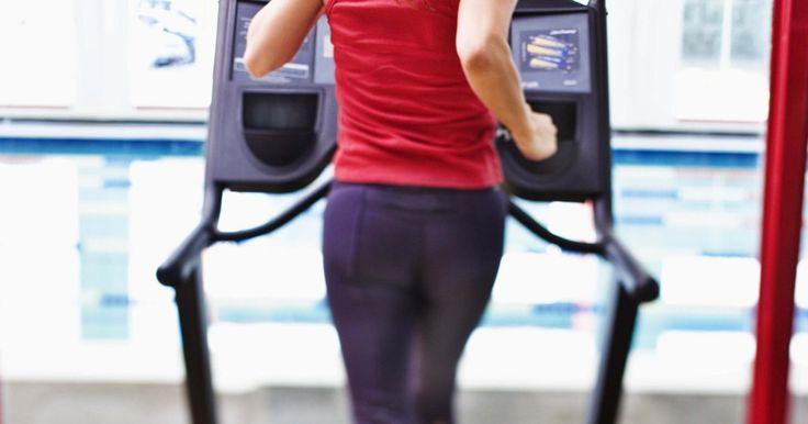 Exercícios na esteira para desenvolver as panturrilhas. As esteiras possibilitam que fãs do treinamento físico corram no conforto de suas casas. Os controles permitem que os usuários ajustem a velocidade e a inclinação, criando variações para o treinamento focado nas panturrilhas. O fortalecimento e o condicionamento dos músculos da panturrilha aumentarão a força e a aceleração, o que será de grande ...