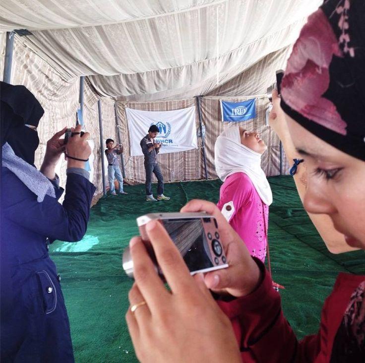 """""""La fotografia aiuta a colmare il mondo intorno a te. Spesso la gente mi chiede se i fotografi si nascondono dietro la lente per evitare di essere coinvolti nelle esperienze. Ho sempre trovato che fosse proprio il contrario. La fotocamera può dar luogo a mondi fantasiosi e, a allo stesso tempo, permette di raggiungere le persone in un modo che altrimenti non sarebbe possibile.""""  Brendan Bannon segue il progetto #Do you see what I see?"""" con i bambini rifugiati nel campo profughi Za`atari."""