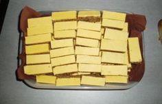 Máslo, cukr dobře vymícháme, přidáme ořechy, mouku a z bílků sníh. Důkladně promícháme. Těsto dáme na vymaštěný a moukou vysypaný plech a dáme péct.Poleva: do nádoby dáme 210 g moučkového cukru, 5 žloutků a vanilkový cukr. Dokonale vymícháme a natřeme na vychladlý koláč (ještě na plechu). Dáme ztuhnout (přes noc) do studena a krájíme na tenké tyčinky.