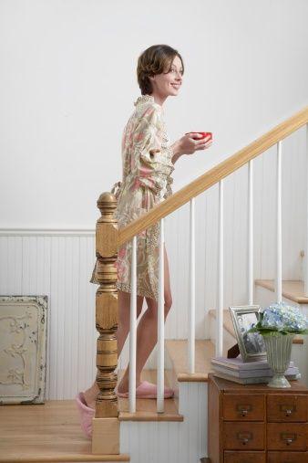 Las escaleras son parte importante en una casa. Es necesario que sean amplias y estén bien iluminadas para que el chi circule libremente. Si son demasiado estrechas o rectas, la cura es poner una planta verde al pie de la escalera y algún cuadro en las paredes. https://www.facebook.com/pages/Vida-y-Feng-Shui/134972643365688