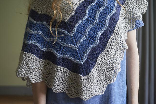 Skotsk sjal. Pragtfuldt sjal, der kan laves i 2 størrelser. Det er retstrikket foroven og har en smuk hulbort forneden. Lidt vanskeligt – ikke for begyndere. I 100 % uld på pinde 4 og 4½.