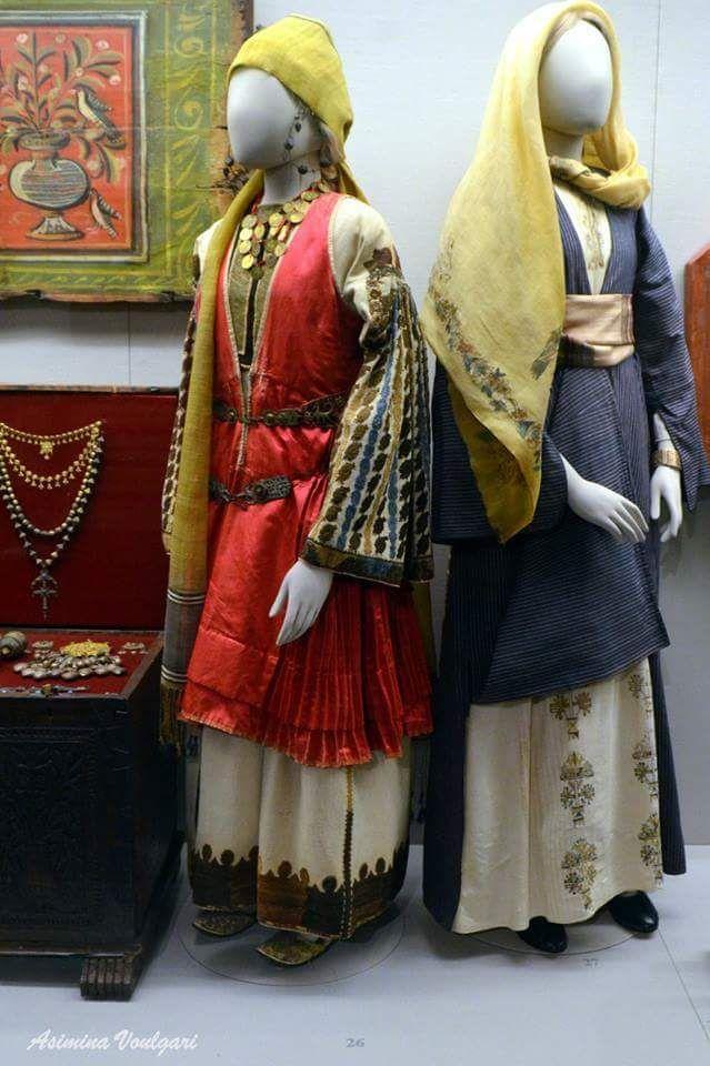 Γυναικείες φορεσιές  από τη Νίσυρο και την Κάλυμνο Φωτογραφία: Ασημίνα  Βούλγαρη