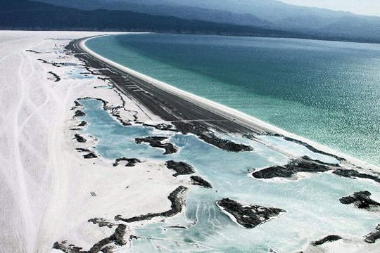 Lac d'eau de mer, le lac Assal tient sa couleur de son importante teneur en sel. Cet endroit se découvre sous le climat torride de Djibouti.