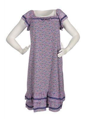 Elbisenin zemini lila rengi olup üzerinde lacivert minik çiçek desenleri mevcuttur. Düşük kollu fırfırlı kare yaka etek ucu 2 kat fırfırlıdır. Yaka kısmında su taşı süslemesi uygulanmıştır. Dizaltı boy rahatlıkla kullanacagınız bir büyük beden elbisedir.