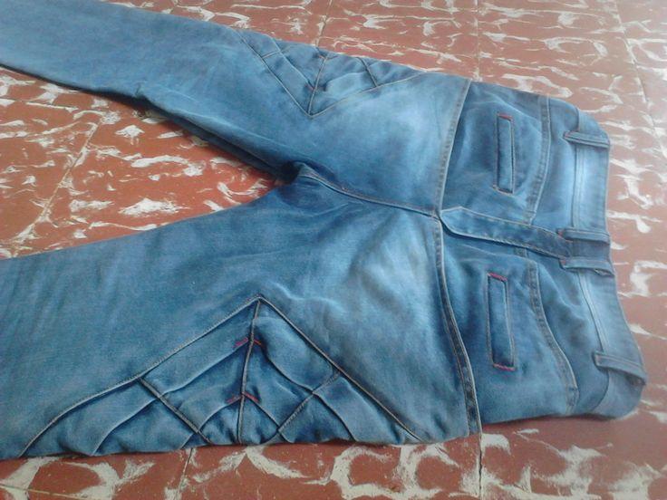 posterior de #pantalon jeans doble capa, con #origami en costado y bolsillo ojal (ribete)  y pieza en la curva de tiro #modazeus