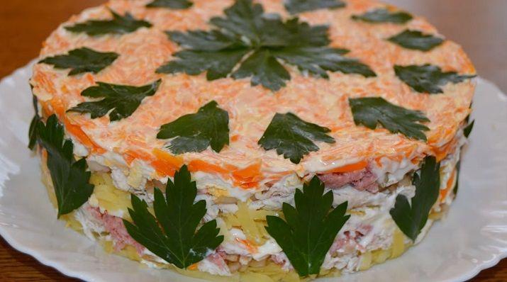 Интересный салат «Своя изюминка»: озадачьте гостей