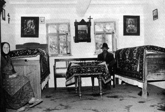 Tanyai szobabelső párhuzamos elrendezésű ágyakkal (Kéleshalom, Bács-Kiskun m., 1970-es évek)