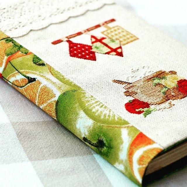Вот она! Моя обложка для кулинарной книги. Процесс создания ее я показывала раньше. Теперь у моей любимой книги рецептов есть красивая одежка)  #кулинарнаякнига #обложканакулинарнуюкнигу #кулинария #книгарецептов #вышивка
