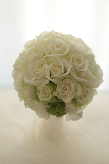 バラらしいバラで。王道の白バラのブーケ、ザ・ペニンシュラ東京様へお届しました。正統派の雰囲気でというリクエストでした。以前一会でブーケを持ってくださった方...